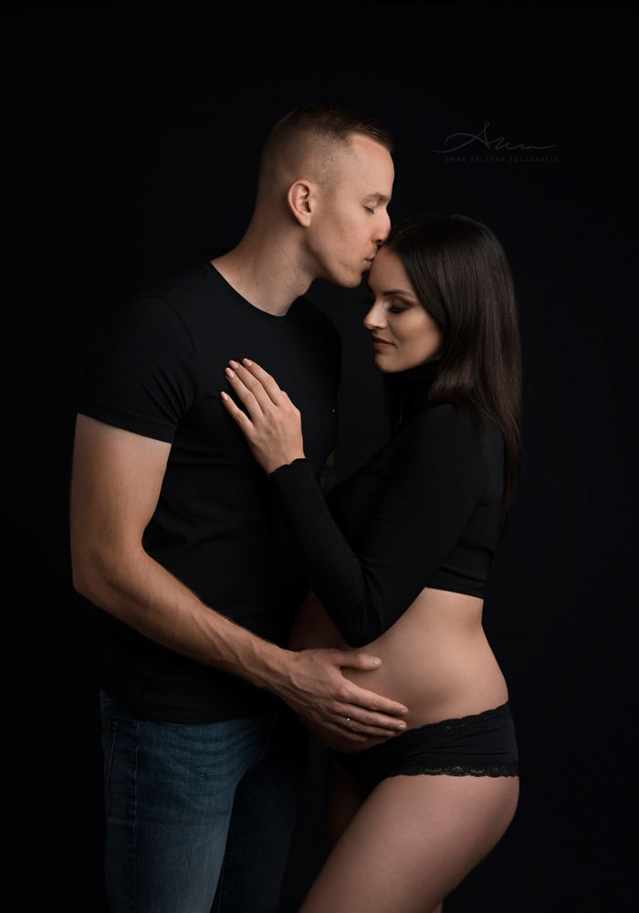 zdjęcia ciążowe na czarnym tle